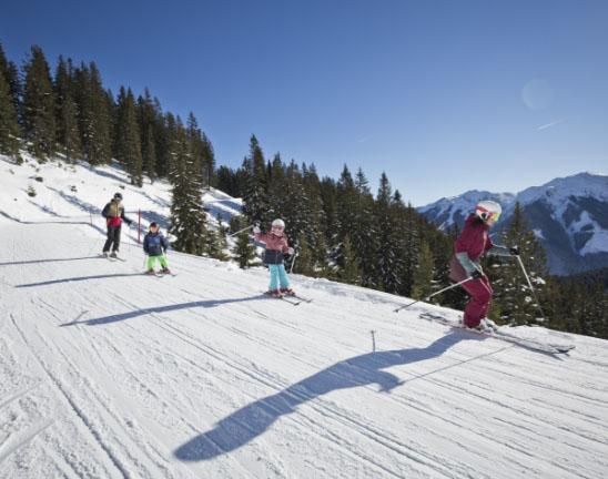 Skifahren mit der ganzen Familie in Saalbach Hinterglemm - Pension Lederergütl