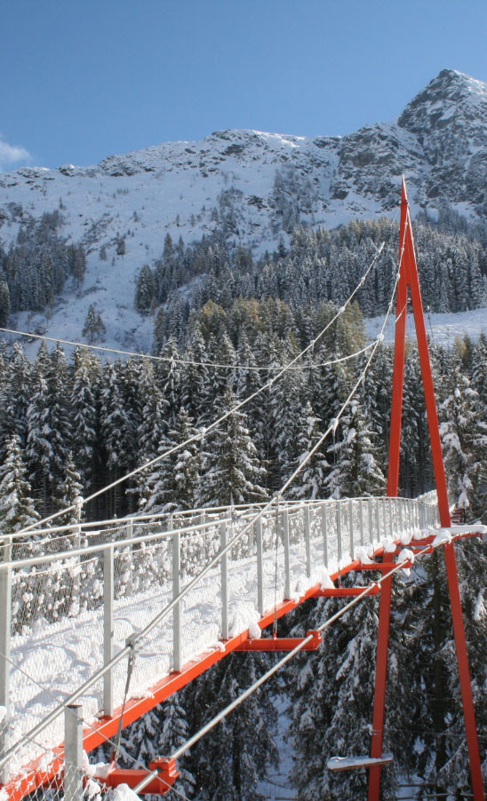 Golden Gate Brücke der Alpen am Baumzipfelweg in Saalbach Hinterglemm im Winter - Pension Lederergütl