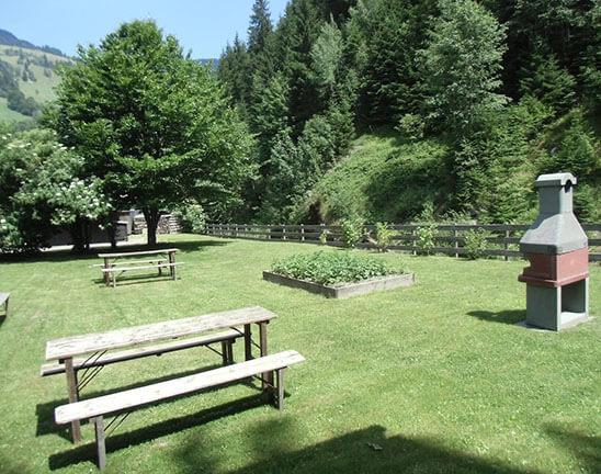 Garten mit Bänke und Grill