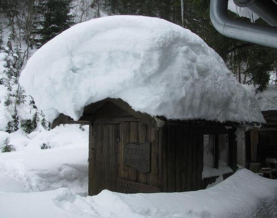 Häuschen mit Schnee am Dach