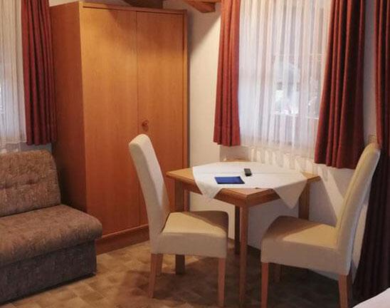 Zimmer Tisch und Sessel